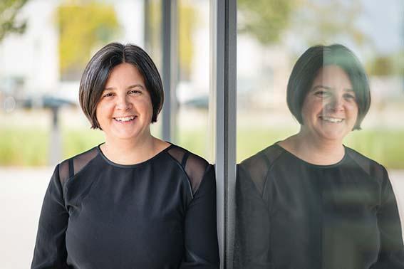 Portrait von Geschäftsführerin Annette Kempf vor der Techbase Regensburg